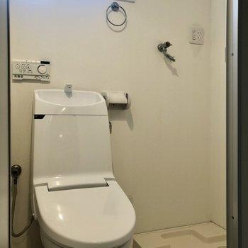 【1F】トイレと洗濯機置場には窓も付いています。