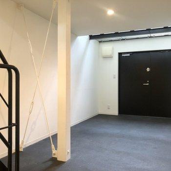 【1F】玄関は1階のガレージからそのまま。