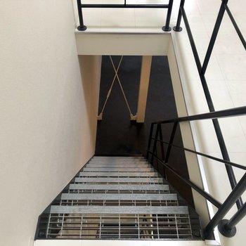 階段を降りまして。