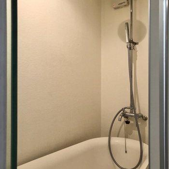 【1F】上からお湯が降り注ぐ、オーべーヘッドシャワー。