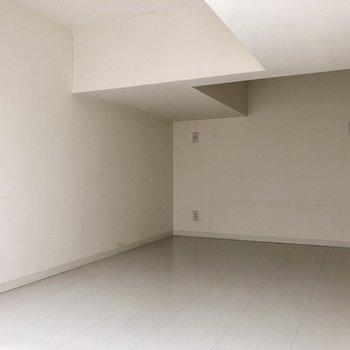 【ロフト】天井のくぼみ部分は、167cmの自分が悠々立つことのできる高さです。