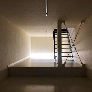 【地下】間接照明のかっこいい空間。天井高はおそらく165cm前後です。