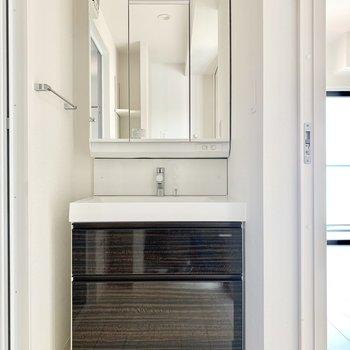 3面鏡の独立洗面台です。