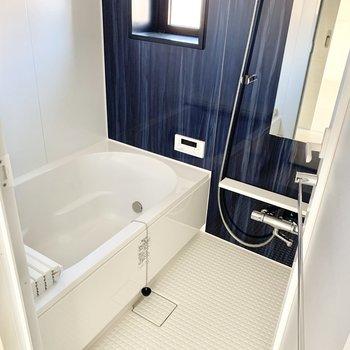 お風呂は小窓、追炊き機能付き。