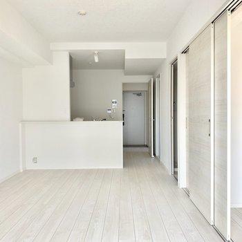 床も壁もまっしろ。家具も合わせやすい♪