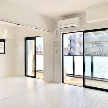 窓がたくさんで明るいお部屋!