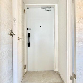 まっしろな玄関。シューズもいくつか並べておけそうです。