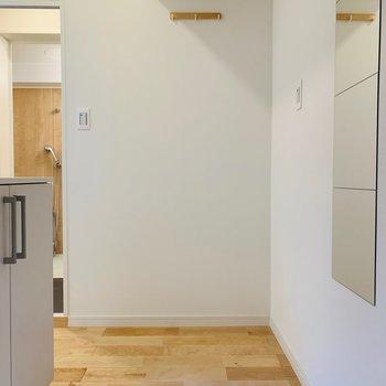 玄関は白い陶器タイルで明るい印象に!