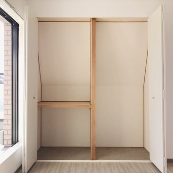 3階の洋室①】桜色のお部屋のクローゼットは、突っ張り棒を活用しましょう◎