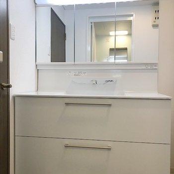 こんな横に広い独立洗面台はめずらしいです!