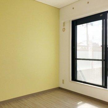 3階の洋室②】こちらはレモンイエロー。爽やかな印象◎