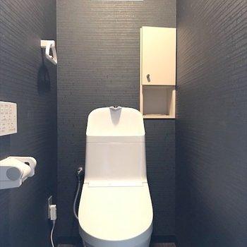 トイレはまさかのブラック。ウォシュレット付きです〜◎