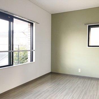 2階の洋室】おなじ階のモスグリーンの洋室には ベッドをおいて夫婦の寝室にしましょ♪
