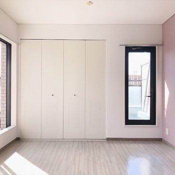 3階の洋室①】アクセントクロスは桜色。女の子のお部屋にしたいな。