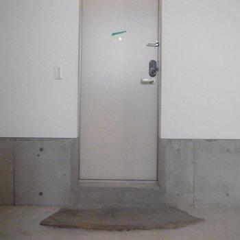 靴置き場はりんご箱を置いたらよさそう ※写真は同階の同間取り別部屋のものですは同間取り別部屋です。