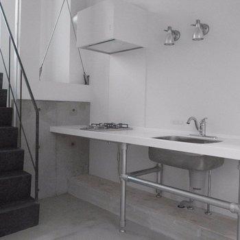 玄関入ってすぐキッチン※写真は同階の同間取り別部屋のものです
