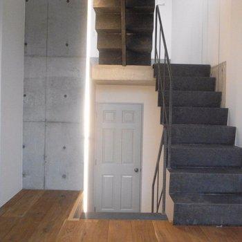 正面の扉は水回りへ※写真は同階の同間取り別部屋のものです