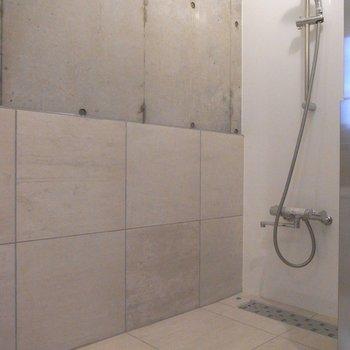 シャワールーム※写真は同階の同間取り別部屋のものです