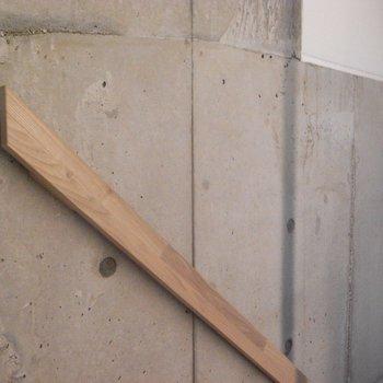 手すりは木のぬくもりを添えて ※写真は同階の同間取り別部屋のものです