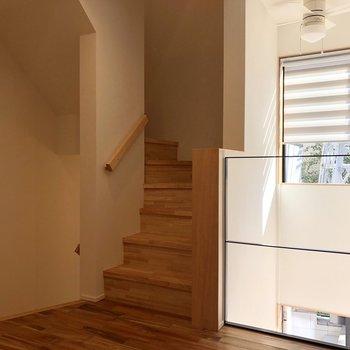 【DK】こちらの階段から3階に上がれます。