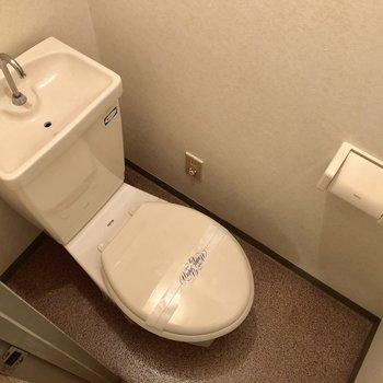 シンプルなトイレ。(※写真は2階の同間取り別部屋のものです)