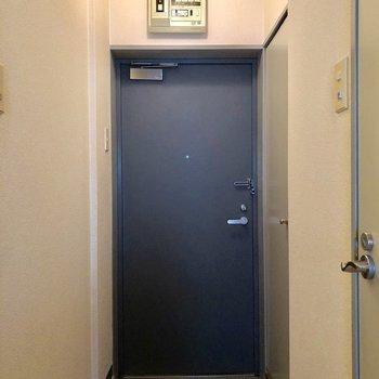 落ち着いたブルーの玄関♪(※写真は2階の同間取り別部屋のものです)