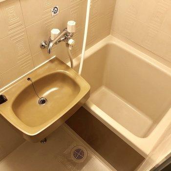 浴室は2点ユニットで鏡付きは嬉しいポイント♪(※写真は2階の同間取り別部屋のものです)