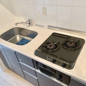 2口コンロで同時調理可能です。※写真は5階の同間取り別部屋のものです