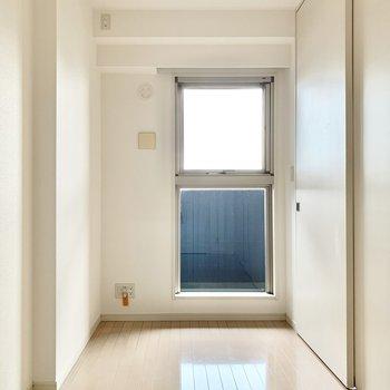 【洋室②(約4.4帖)】こちらは寝室にしようっと。※写真は5階の同間取り別部屋のものです