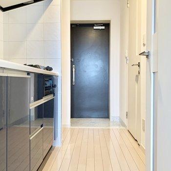 モノトーンで統一された空間です。※写真は5階の同間取り別部屋のものです
