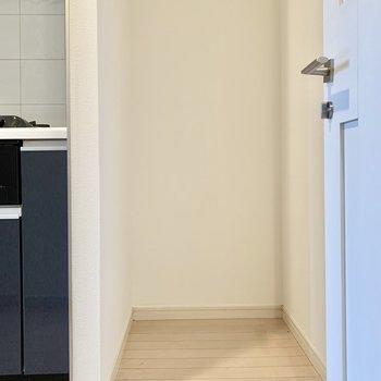 キッチン横には冷蔵庫を置けますよ。※写真は5階の同間取り別部屋のものです