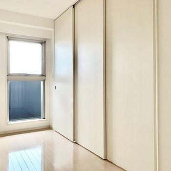 【洋室②】寝るときは閉め切るといいですね。※写真は5階の同間取り別部屋のものです