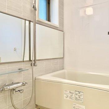 鏡が横に広いんです。浴室乾燥も付いています。※写真は5階の同間取り別部屋のものです