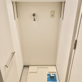 廊下にある洗濯機置き場。扉があるので音も気になりにくい。※写真は5階の同間取り別部屋のものです