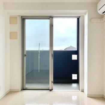【洋室①(約5.9帖)】ソファやテーブルはこちらに置こうかな。※写真は5階の同間取り別部屋のものです