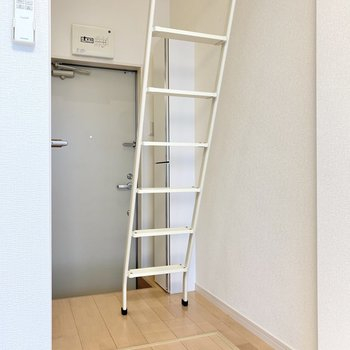 玄関前から梯子を伸ばし、いざロフトへ。