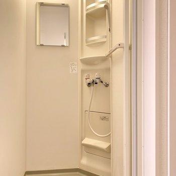 浴室はシャワールームになっています。シャンプーなどが置ける棚もありますよ。