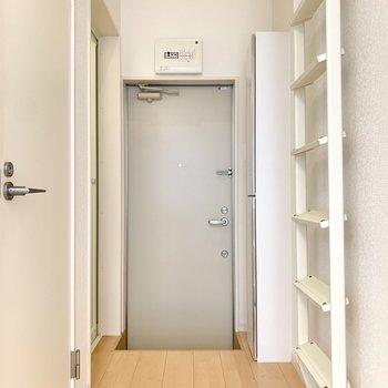 玄関の右側にはシューズボックス。