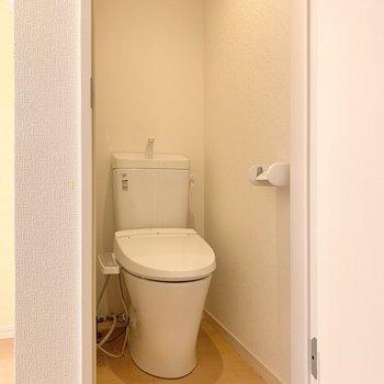 奥行きがあるトイレは温水洗浄機能付き。