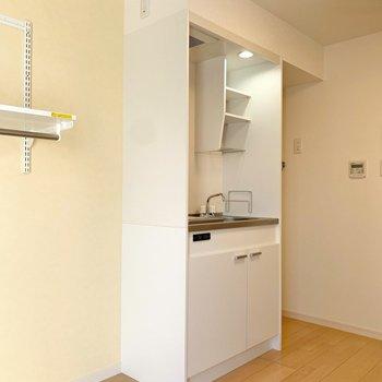 キッチンの左側に冷蔵庫が設置できます。