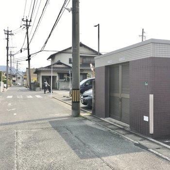 ゴミ置き場はマンションの前にありました。交通量も少ない道路です。
