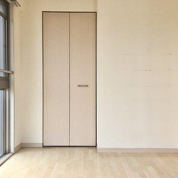 反対側には大きな扉!