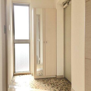 玄関にも窓があって明るいなぁ。