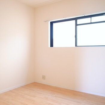 【洋室4.5帖】ひとり分の寝室や、仕事部屋、納戸のようにしても◎