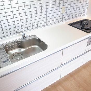白いタイル張りがきれい!使いやすいキッチンを見ているとお料理したくなってきます。