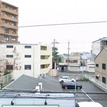 のんびりした住宅地の風景。少し向こうに通りが見えます。