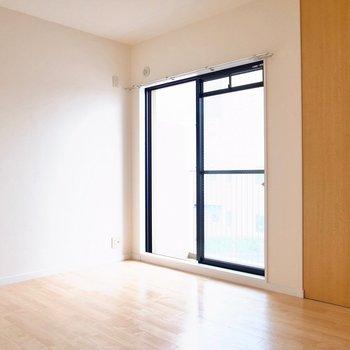 【洋室6帖】こちらもベランダに面したお部屋。寝室にぴったり。