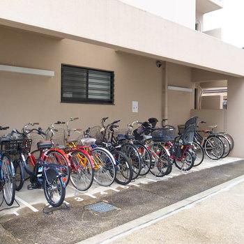 【共用部】建物横手に駐輪場があります。
