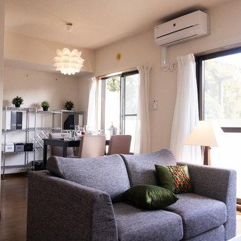 日差しを浴びながら、団欒の時間を楽しみたい。※写真は1階の反転間取り別部屋のもの・家具はサンプルです