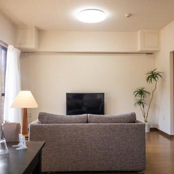 LDK】ソファという風にリビング内で空間のメリハリが生みだせます。※写真は1階の反転間取り別部屋のものです